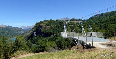 P1270399 - En la tirolina del Valle de Tena. Pirineo de Huesca.
