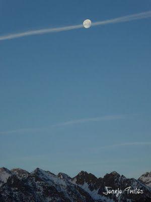 P1100294 - Cuando se escapa la Luna llena en el Valle de Benasque