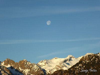 P1100298 - Cuando se escapa la Luna llena en el Valle de Benasque