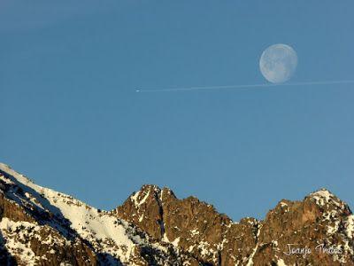 P1100302 - Cuando se escapa la Luna llena en el Valle de Benasque