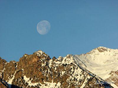 P1100304 - Cuando se escapa la Luna llena en el Valle de Benasque