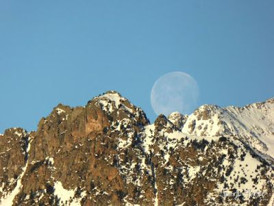 P1100306 - Cuando se escapa la Luna llena en el Valle de Benasque