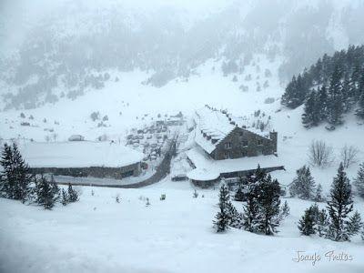 P1110241 - Visitando los 3 m de nieve del Refugio de La Renclusa, Valle de Benasque.