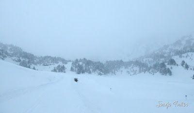 P1110248 - Visitando los 3 m de nieve del Refugio de La Renclusa, Valle de Benasque.