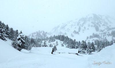 P1110256 - Visitando los 3 m de nieve del Refugio de La Renclusa, Valle de Benasque.