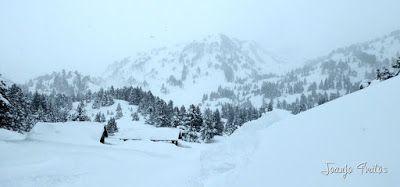 P1110257 - Visitando los 3 m de nieve del Refugio de La Renclusa, Valle de Benasque.