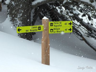 P1110289 - Visitando los 3 m de nieve del Refugio de La Renclusa, Valle de Benasque.