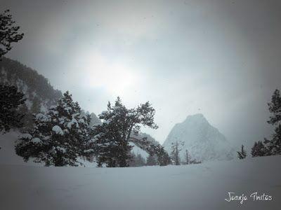 P1110304 - Visitando los 3 m de nieve del Refugio de La Renclusa, Valle de Benasque.