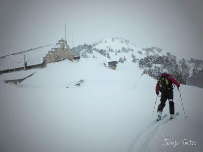 P1110307 - Visitando los 3 m de nieve del Refugio de La Renclusa, Valle de Benasque.