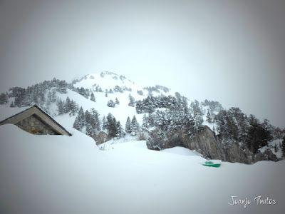 P1110308 - Visitando los 3 m de nieve del Refugio de La Renclusa, Valle de Benasque.