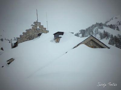 P1110309 - Visitando los 3 m de nieve del Refugio de La Renclusa, Valle de Benasque.
