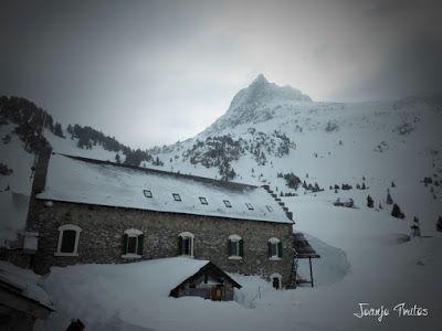 P1110313 - Visitando los 3 m de nieve del Refugio de La Renclusa, Valle de Benasque.