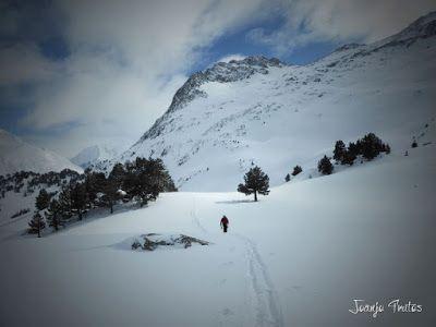P1110338 - Visitando los 3 m de nieve del Refugio de La Renclusa, Valle de Benasque.