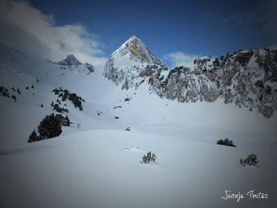 P1110342 - Visitando los 3 m de nieve del Refugio de La Renclusa, Valle de Benasque.