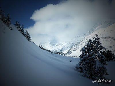 P1110350 - Visitando los 3 m de nieve del Refugio de La Renclusa, Valle de Benasque.