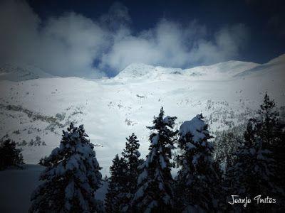 P1110351 - Visitando los 3 m de nieve del Refugio de La Renclusa, Valle de Benasque.