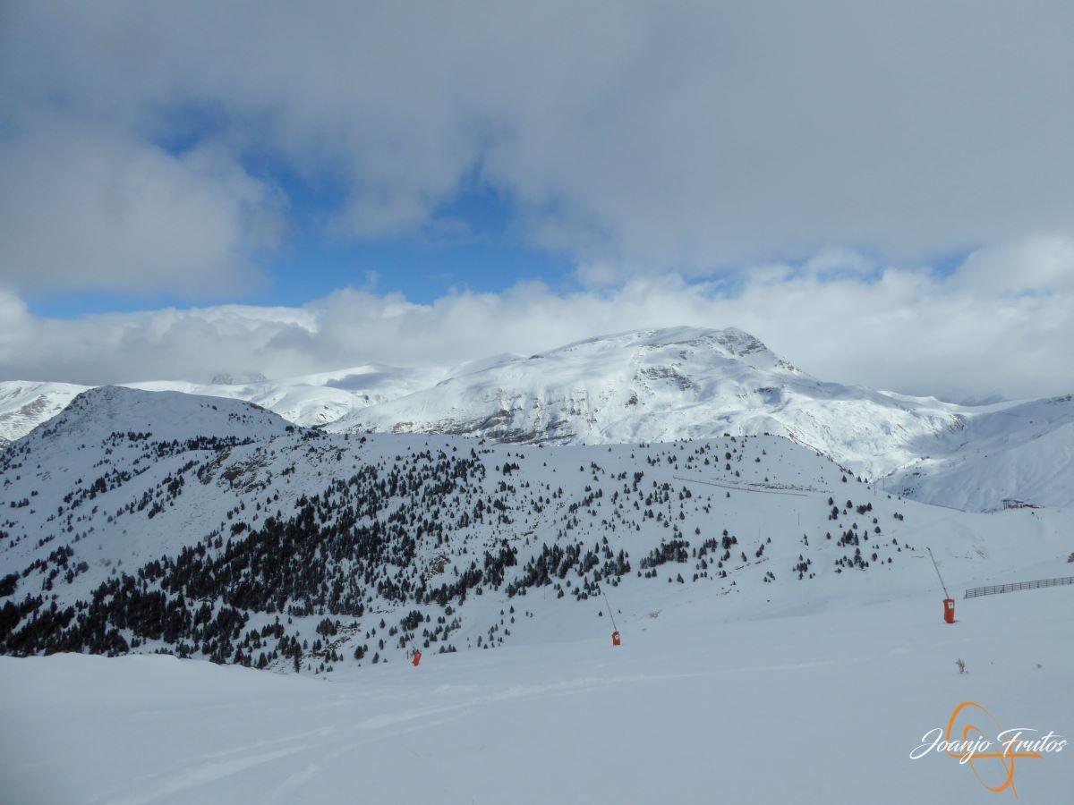 P1200487 - Tercer día, en Cerler se esquía nieve polvo.