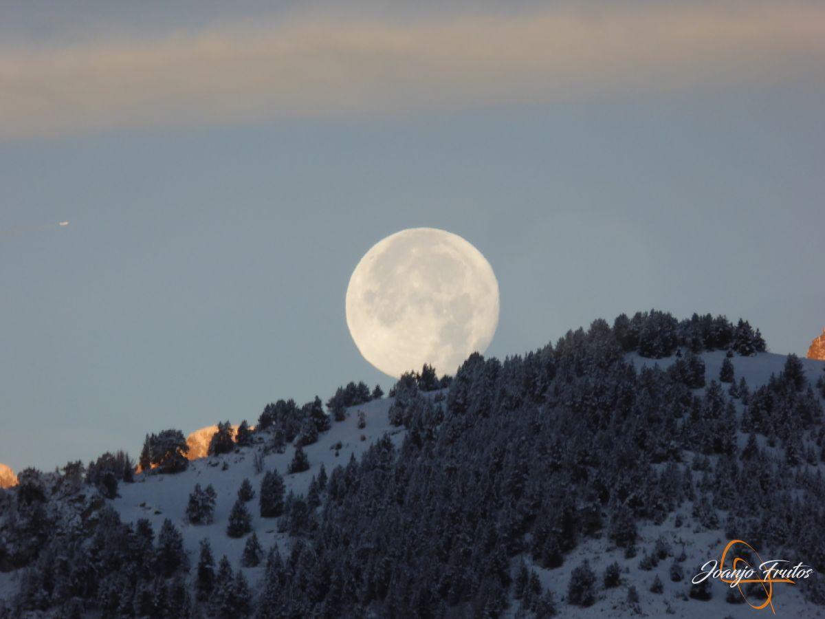 P1210481 - Luna llena de NOV18 desde Cerler.