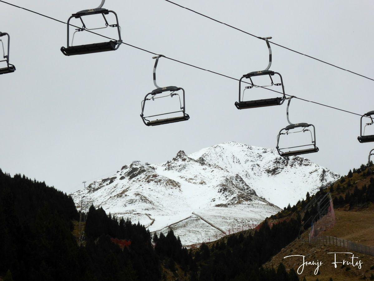 P1300077 - Y aguanta la nieve de otoño en el Valle de Benasque.