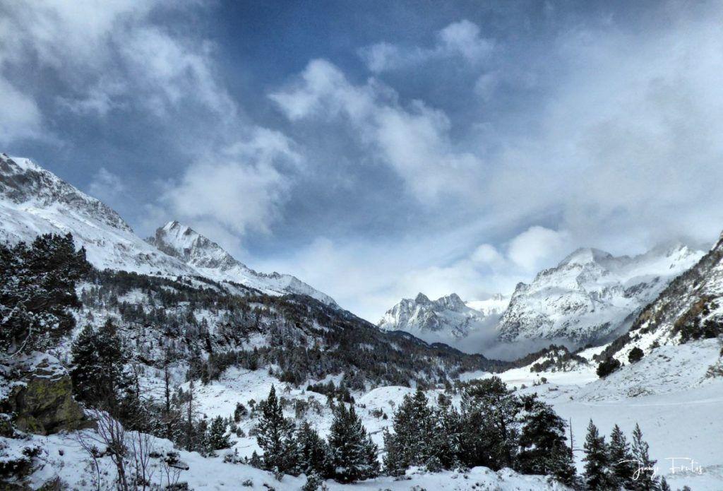 P1300294 fhdr 001 1024x695 - Tarda pero llega la nieve en el Valle de Benasque.