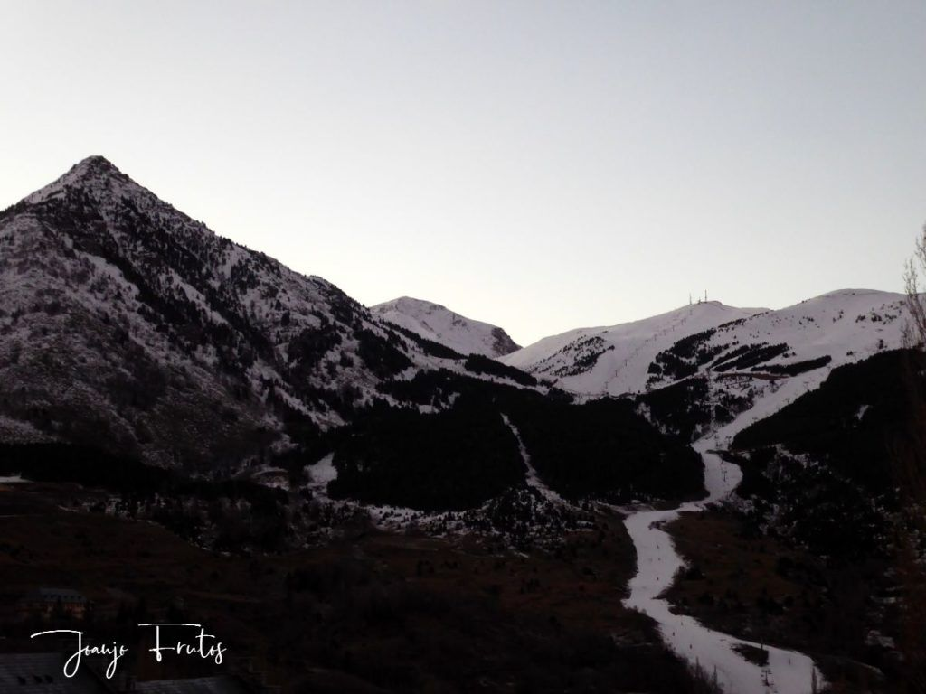 P1310106 1024x768 - Cuando la Luna esquía en Cerler.