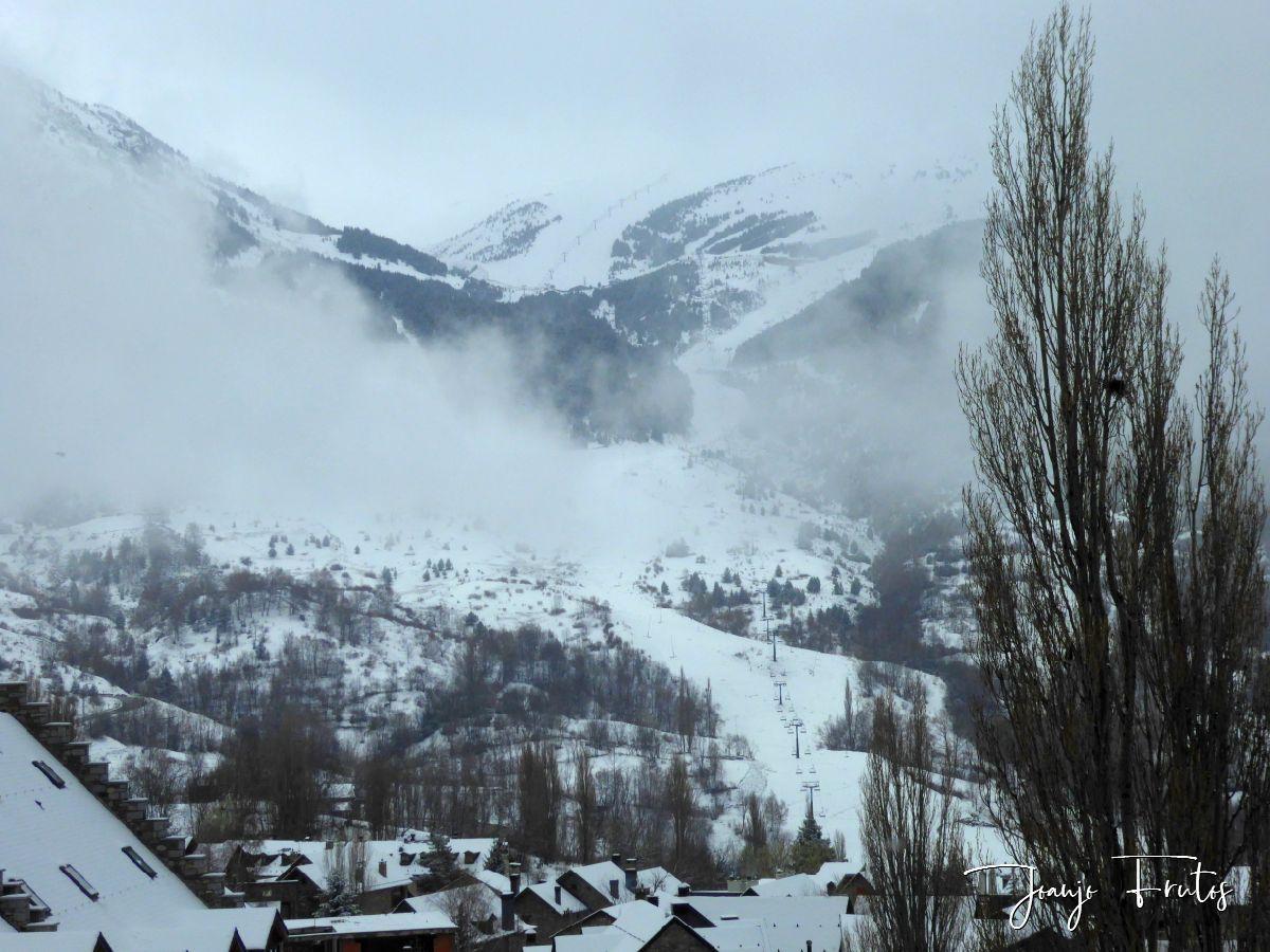 P1320135 - Se casi acaba marzo nevando en Cerler, Valle de Benasque.