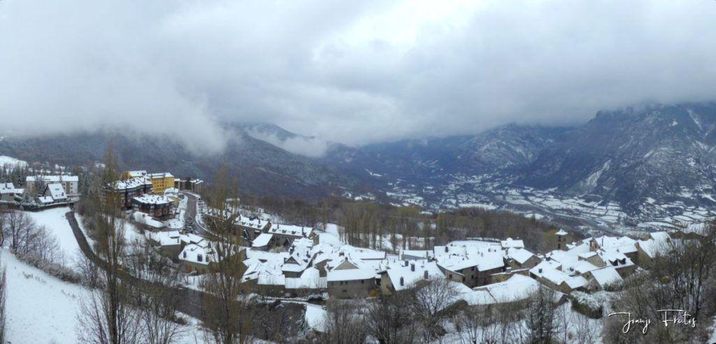 Panorama 1 2 1024x492 - Se casi acaba marzo nevando en Cerler (Valle de Benasque).