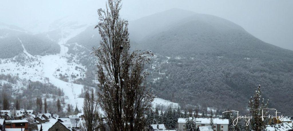 Panorama 3 1024x459 - Nevando y confinados en Cerler.