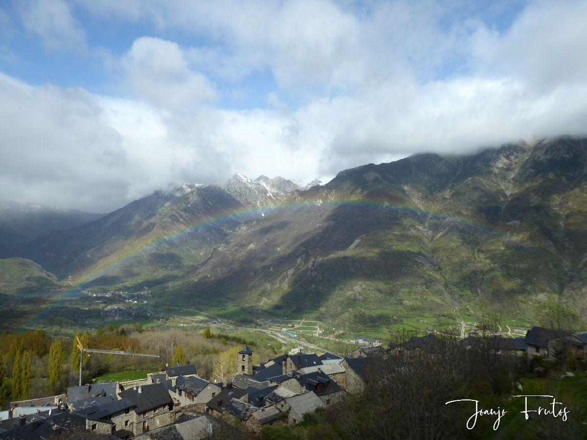Empieza mayo con un arcoiris bien visible en el Valle de Benasque