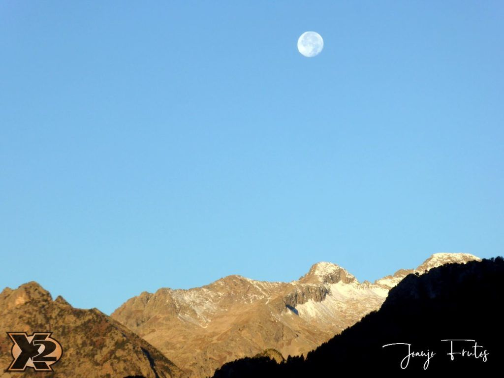 P1350786 1024x768 - Hojas de otoño con Luna Llena.