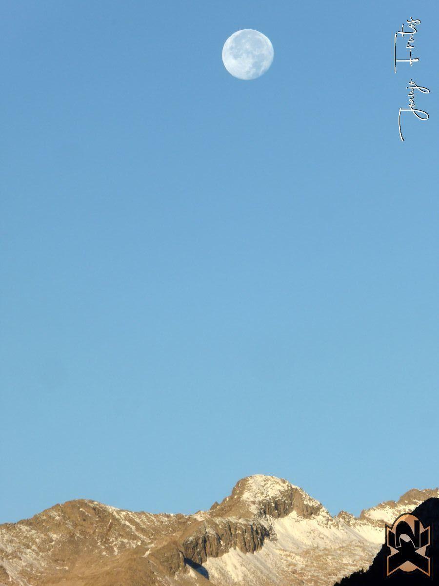 P1350788 edited - Hojas de otoño con Luna Llena.