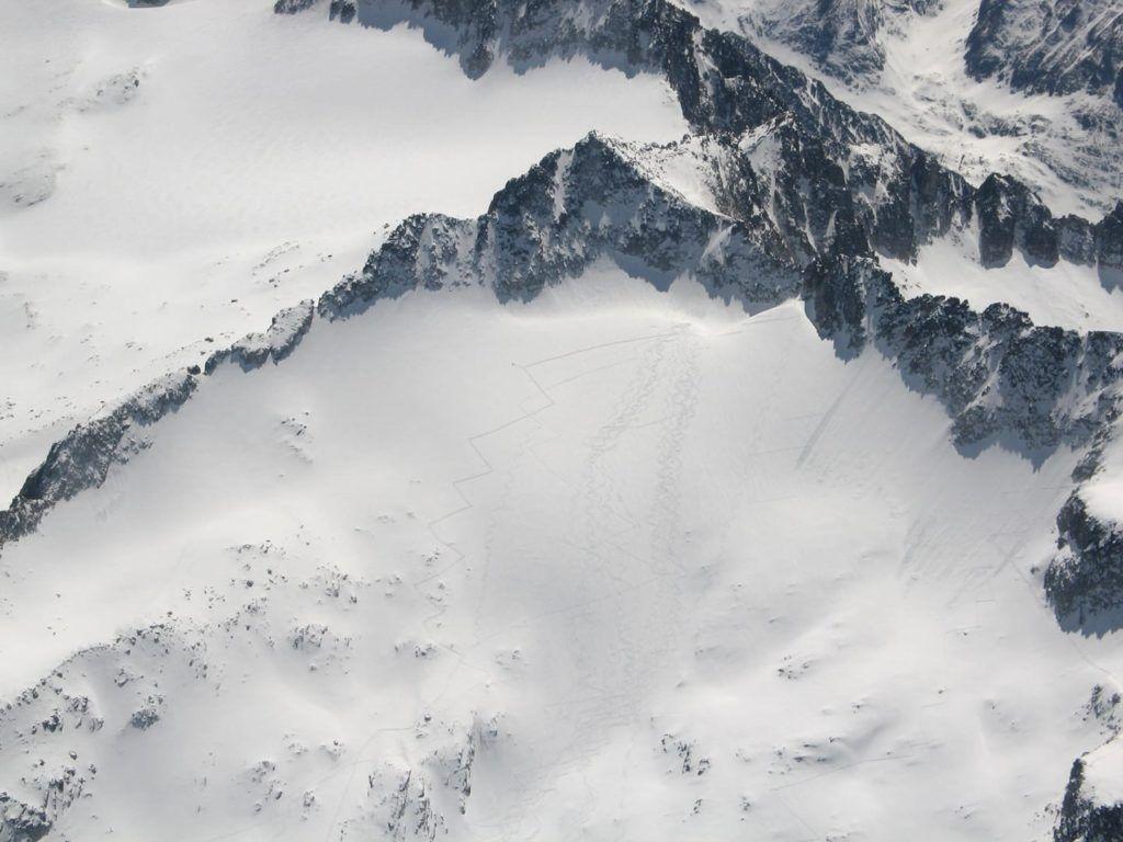 maladeta huellas 1024x768 - Maladeta con nieve polvo.